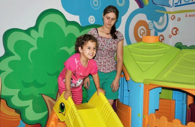 Micuța Elena, în vârstă de 4 ani, născută cu o malformație congenitală, merge din nou cu proteza
